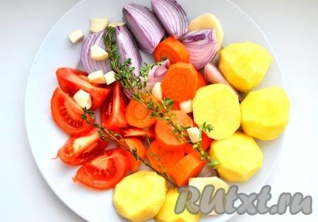 Лук, морковь, чеснок, картофель и помидоры нарезать небольшими ломтиками.