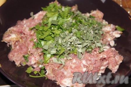 Теперь делаем немецкую колбасу. Мелко порезать шалфей и петрушку, добавить воду 200 грамм воды на 1 кг мяса), вторую половину свиного фарша, соль, перец, перемешать.