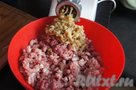 Перекрутить свинину с 2/3 обжаренного лука, а курицу отдельно перекрутить с 1/3 лука. Туда же по вкусу добавить чеснок, соль, перец молотый.