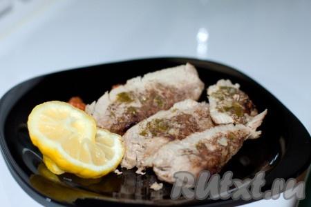 Выньте свинину из духовки, дайте постоять минут 15. Порежьте мясо на ломтики, уложите на блюдо и полейте теплым острым соусом.