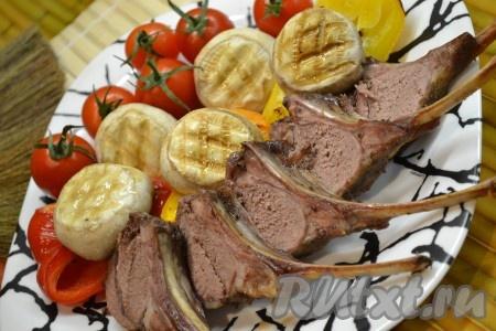 Разрезаем мясо на порции и подаём с помидорками и грибами.