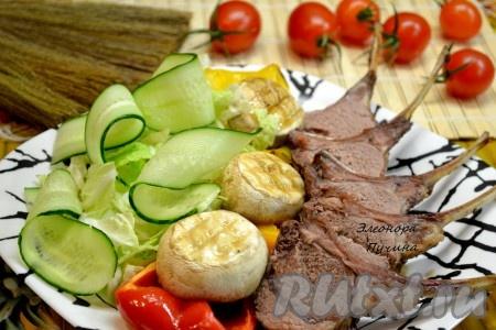 По желанию можно добавить огурец и листья салата.