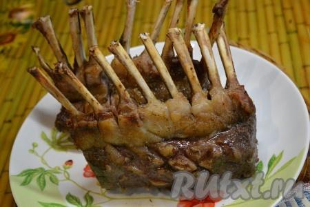 Ставим мясо в духовку и запекаем при температуре 200-220 градусов 30-45 минут кто любит мясо с кровью - на меньшее время). Готовое мясо выкладываем на блюдо, прикрываем фольгой и даём отдохнуть 15 минут. Свиные ребрышки можно подать и в таком виде, но мы будем резать на порции.