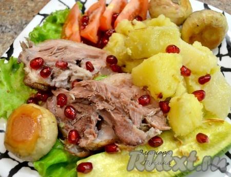 Разрезаем нашу запеченную свиную рульку, добавляем картошку.
