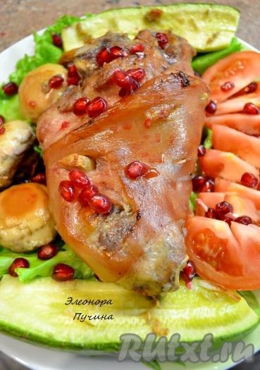Аппетитная и очень вкусная запеченная свиная рулька с овощами.