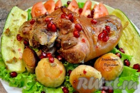 Когда всё готово, сервируем нашу свиную рульку в блюде, добавляя овощи.
