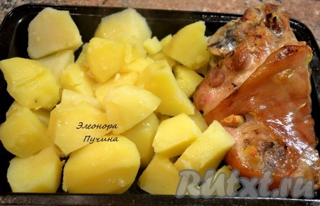 Овощи можно достать пораньше, чтобы не пересушить, и добавить отваренную очищенную картошку подрумяниться.