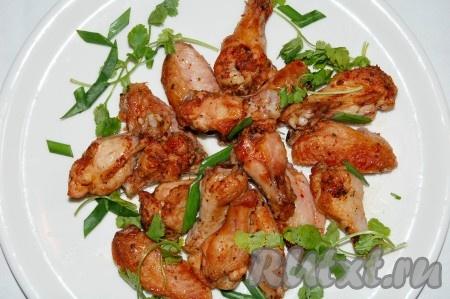 Готовые острые куриные крылышки выложить на тарелку и подавать на стол.{amp}#xA;