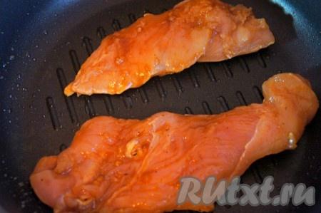 Гриль хорошо нагреть. Выложить на гриль мясо, обжарить с двух сторон до готовности. Степень готовности мяса зависит от толщины куска, готовить около 2-7 минут. Выложить мясо на бумажное полотенце, чтобы удалить излишки масла, произвольно нарезать мясо, когда оно немного остынет.