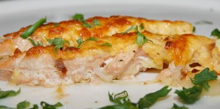 Готовую запеченную горбушу с сыром сразу раскладывать по тарелкам.
