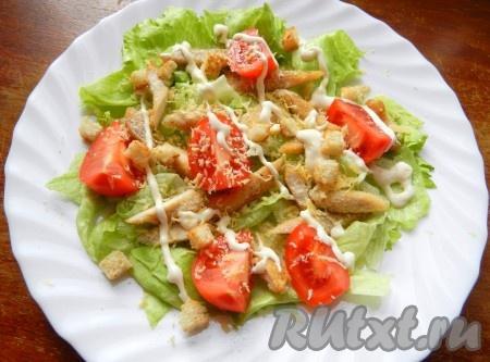 Заправить салат, добавить сухарики и сразу подавать.