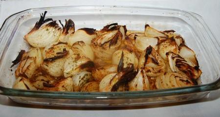 Когда лук будет готов, вытащить форму из духовки. Подавать запеченный лук на стол можно в этой же форме.{amp}#xA;