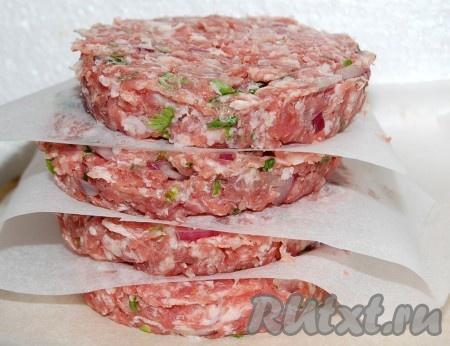 Перемешать и сформировать из полученного фарша гамбургеры круглой формы.