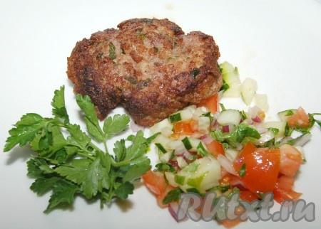 Можно уложить котлетку на тарелку, добавить свежие овощи и подавать на стол или добавить котлету в гамбургер.