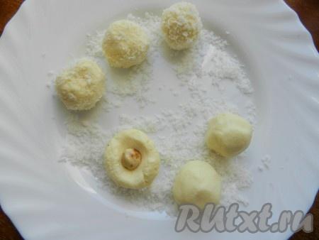 Шарики обвалять в кокосовой стружке. Шарики получаются очень мягкими и от тепла могут таять и не держать форму, поэтому делать все желательно быстро. Готовые молочные конфеты поместить в холодильник для застывания.