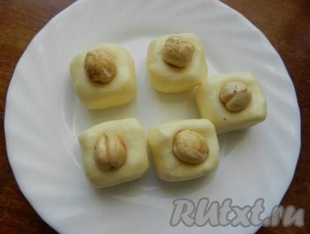 Для тех, кто не любит кокос, можно приготовить молочные конфеты с орехом.