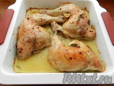 В процессе запекания поливать куриные окорочка образовавшимся соком.