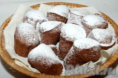 Остывшие кексы обсыпать сахарной пудрой, уложить на блюдо и подать на стол.