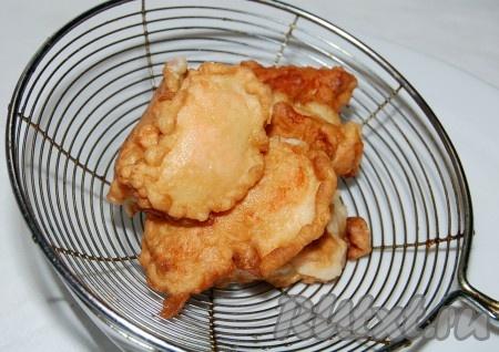 Обжаренные кусочки рыбы выложить на сито, чтобы стекло лишнее масло.{amp}#xA;