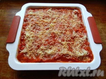 Посыпать тертым сыром и поставить в духовку, разогретую до 180 градусов, на 30 минут.