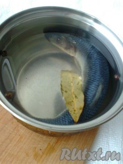 Посуда может быть стеклянной или эмалированной, но не алюминиевая чтобы не вступать ни в какие химические реакции с продуктом). Тузлук должен полностью покрывать рыбу.