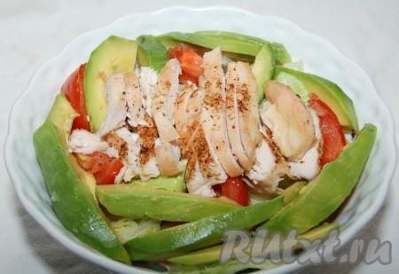 Куриную грудку нарезать ломтиками и добавить к салату.