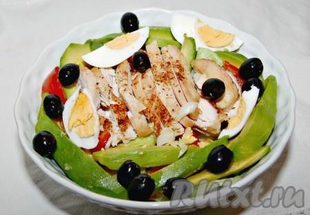 Теперь добавить в миску нарезанные яйца и оливки.