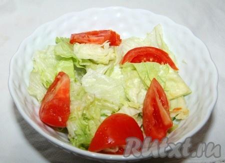 Помидоры нарезать на дольки и добавить к салату.