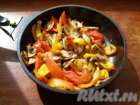 Отдельно на растительном масле немного обжарить шампиньоны, добавить болгарский перец, обжарить 1-2 минуты и убрать с огня.