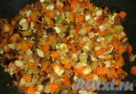 Овощную смесь поместить на разогретую сковороду с оливковым маслом. Тушить до испарения жидкости.