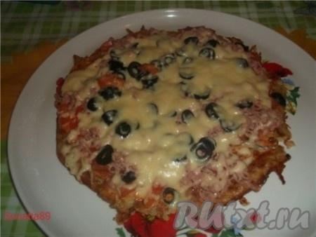 """Накрываем сковороду крышкой и """"жарим"""" пиццу под крышкой около 5 минут. Потом открываем и жарим еще около 5 минут чтобы вся жидкость, вышедшая из помидоров, теста, оливок, кетчупа и майонеза испарилось, а картофельный """"корж"""" покрылся хрустящей корочкой)."""