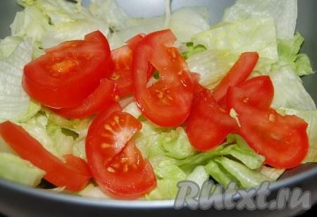Помидор нарезать крупными дольками и добавить в салат.