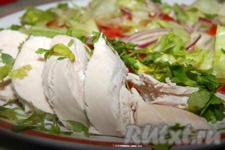 Вкусный, сочный, полезный салат с вареной курицей готов.