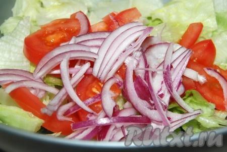 Лук репчатый нарезать и добавить в миску к салату.