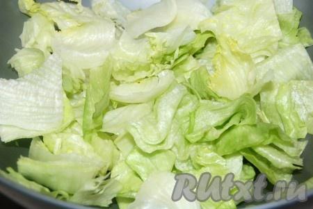 Листовой салат перебрать, помыть, обсушить и нарезать. Сложить в миску.