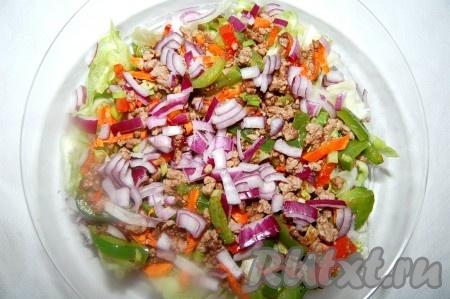 Репчатый лук мелко нарезать и добавить к салату.
