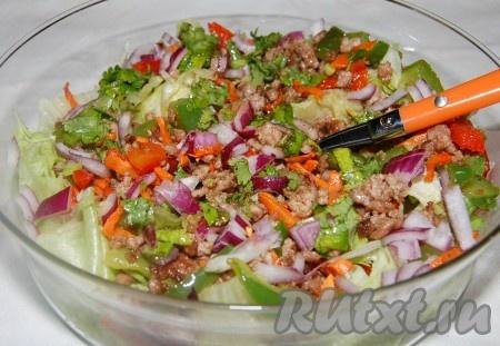 Вкуснейший салат с фаршем готов.