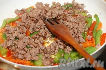 Затем добавить в сковороду к перцам отложенный фарш.