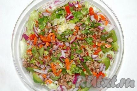 Теперь осталось вылить заправку, распределить ее равномерно по всей поверхности салата.