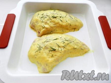 Переложить филе в форму для запекания, посыпать листиками розмарина, накрыть фольгой и поставить в духовку при температуре 200 градусов на 30-35 минут.