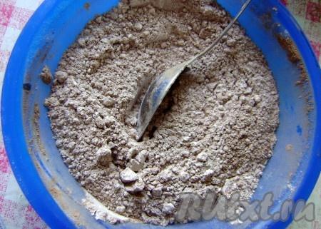Просеять муку и кэроб. Отдельно в миске смешать все сухие ингредиенты.