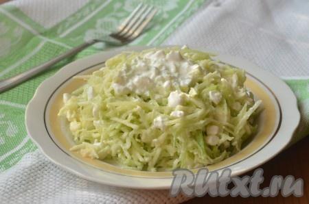 Салат из зеленой редьки с яблоком готов, он может быть легким ужином или дополнением к мясному блюду.