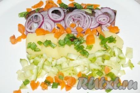 Морковь отварить, очистить, нарезать мелкими кубиками и выложить на тарелку. Добавить мелко нарезанный зеленый лук.