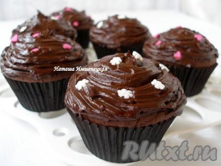 Нанести глазурь на шоколадные капкейки и украсить кулинарной посыпкой.
