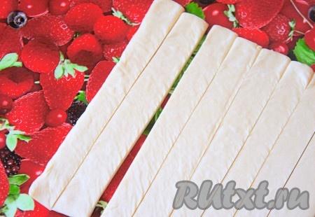 Тесто разрежьте на тонкие полочки и немного растяните их руками (я использовала готовое тесто и не раскатывала его дополнительно).