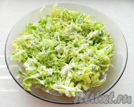 Аккуратно перемешать овощную часть с заправкой, солить не нужно, так как сыр фета достаточно соленый. По вкусу можно добавить немного черного молотого перца.