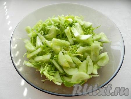 Соединить капусту и огурцы, полить оливковым маслом и лимонным соком, перемешать.