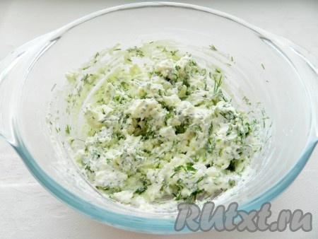 Сыр фета размять, соединить со сметаной, выдавить зубчик чеснока, добавить укроп, перемешать.