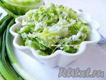 Хрустящий, вкусный салат из свежей капусты с огурцами готов.