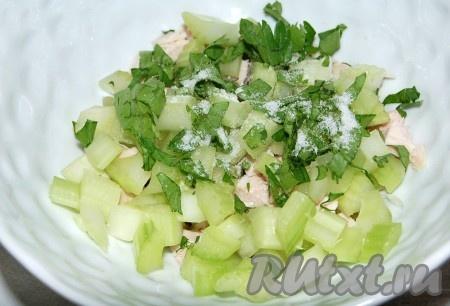 Добавить мелко нарезанную петрушку и соль.